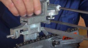 Закрепление плоского напильника на станке